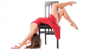 Mujer practicando una figura de Chair Dance.