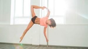 Mujer practicando Pole Dance.