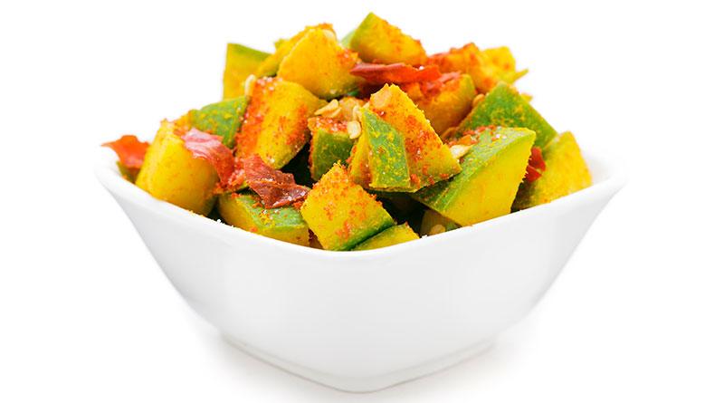 Imagen de botana española de mango con chamoy.