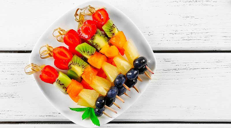 Brocheta de fresas, mango, piña y moras azules.