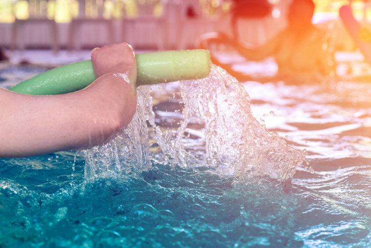 Persona practicando aquafitness en una alberca