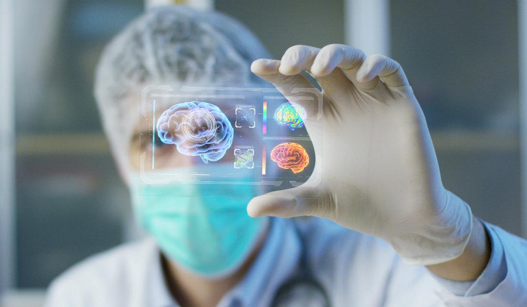 Doctor sosteniendo un holograma del cerebro humano