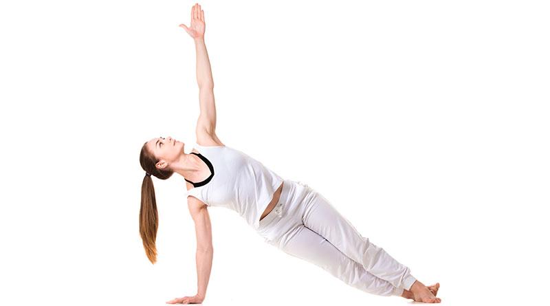 Mujer practicando la postura de yoga tabla lateral.