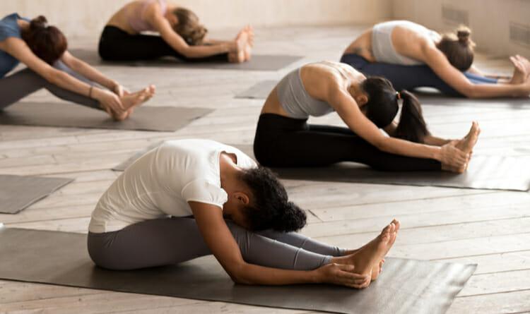 Grupo de personas en clase de yoga
