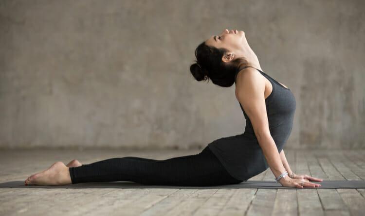 Mujer estirando después de entrenar