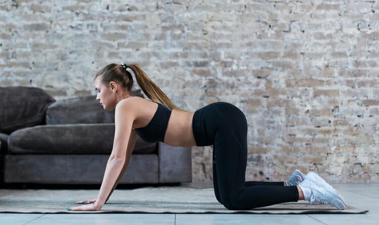 Mujer haciendo estiramiento para recuperación muscular