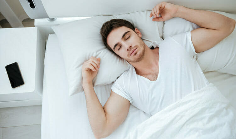 Hombre en fases del sueño profunda