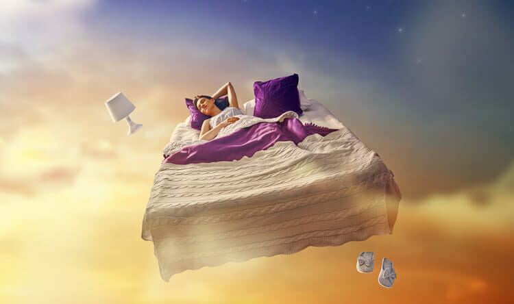 Mujer dormida en cama en el cielo