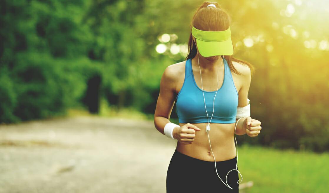 Mujer haciendo ejercicio al aire libre