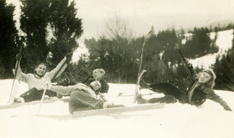 Foto de época de personas con esquís