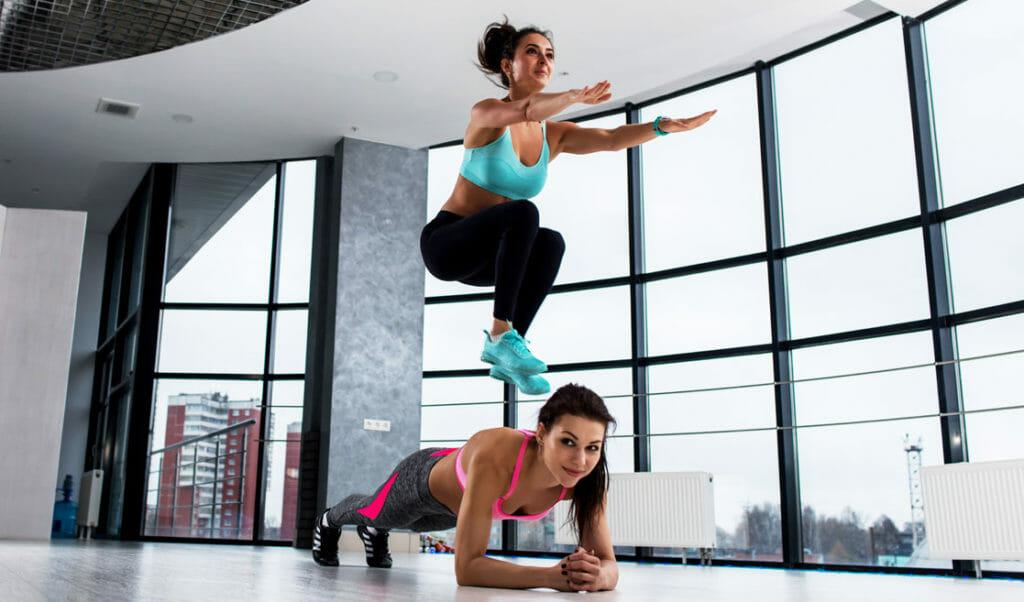 plancha y saltos ejercicios en pareja