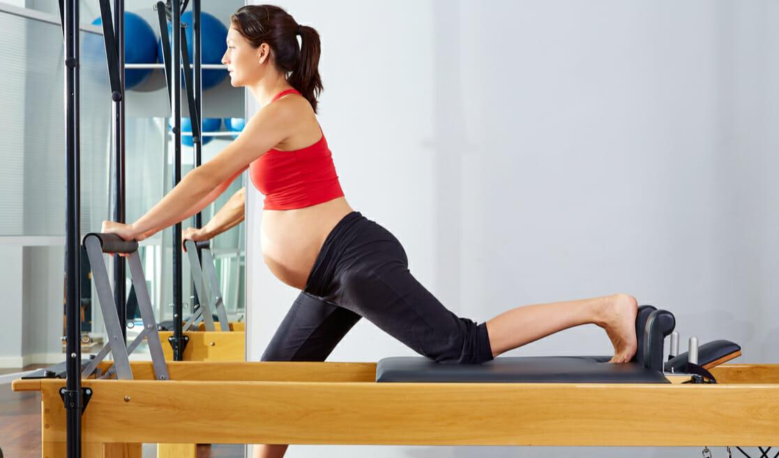 Mujer embarazada hace pilates