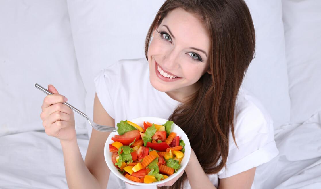 Mujer con plato de verduras